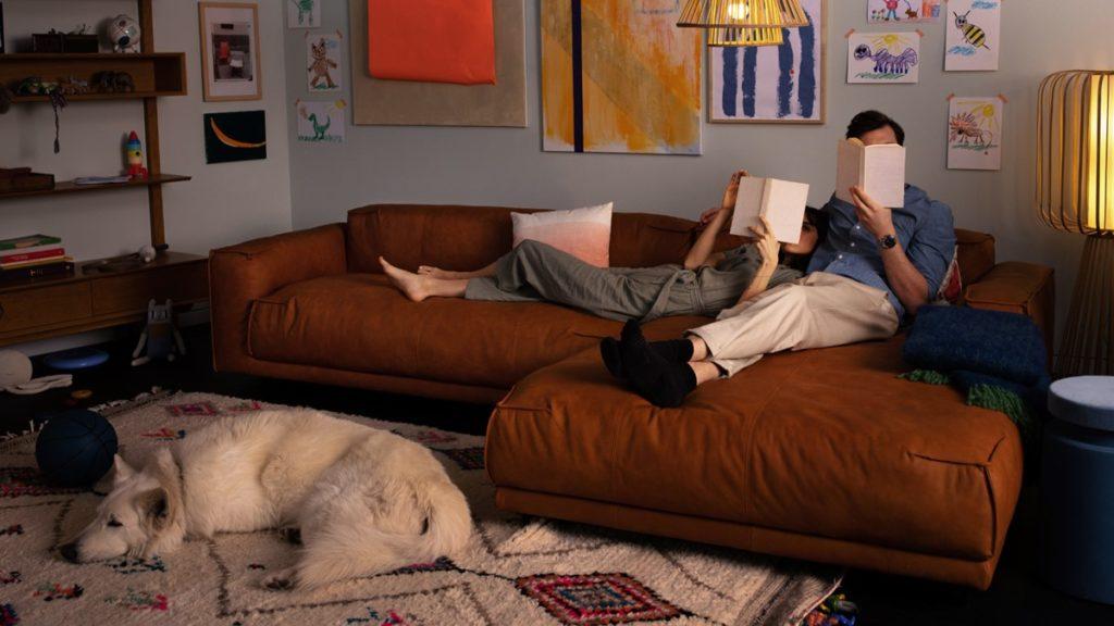Das freistil136 Sofa mit Longchair ist ist perfekt für Paare, die abends gern zu zweit Kuscheln, Lesen oder Serien-Marathons zelebrieren.