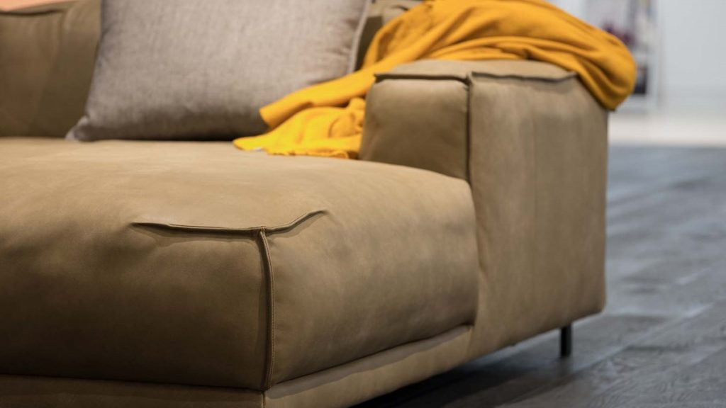 Seinen ganzen Charme entfaltet dieses legere Sofa in einer Leder-Konfiguration.